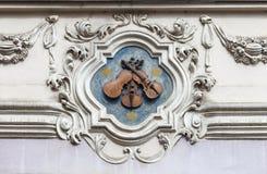 Сброс на фасаде старого здания, скрипки, Праги, чехии Стоковые Фото