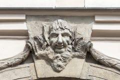 Сброс на фасаде старого здания, стороны ` s человека, Праги, чехии Стоковые Фото