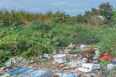 Сброс отброса и старья к месту захоронения отходов стоковое фото rf