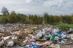 Сброс отброса и старья к месту захоронения отходов стоковое фото