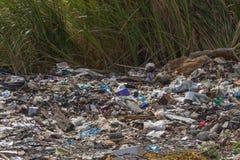 Сброс отброса и старья к месту захоронения отходов стоковые изображения rf