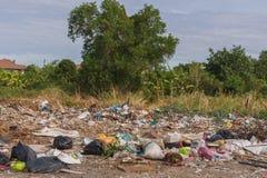 Сброс отброса и старья к месту захоронения отходов стоковые фотографии rf