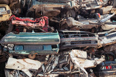 Сброс штабелированных автомобилей в junkyard Стоковая Фотография