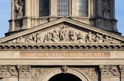 Сброс Tympanum басовый показывая деву марию и венгерские Святых, базилику St Stephen в Будапеште стоковые фото