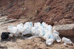 Сброшенные пластичные бутылки! Стоковое фото RF