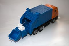 Сброшенные таблетки комплектуют вверх автомобиль погани игрушки стоковая фотография