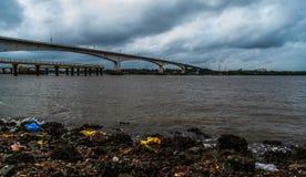 Сброшенный поганью берег реки Стоковые Изображения RF