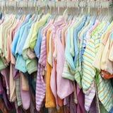 Сбывание одежд детей Стоковое Изображение