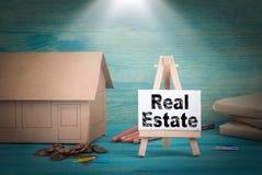 сбывание ренты домов квартир имущества реальное домашняя модель, деньги и доска объявлений под sunlit Стоковое Фото