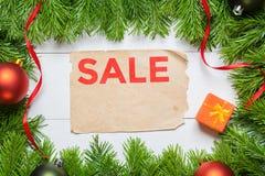 сбывание стеклянной руки принципиальной схемы увеличивая Ель рождества и лист года сбора винограда бумажный Стоковое Изображение RF