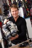 Сбывания ассистентские с ботинками лыжи в магазине найма Стоковая Фотография