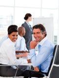 сбывания отчетности менеджера женских диаграмм Стоковая Фотография RF