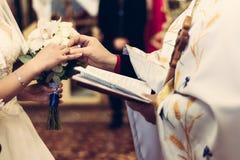 Свадебная церемония обручальных колец на пальце стоковая фотография