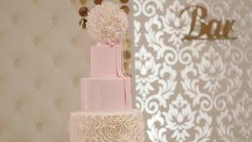 Свадебный пирог в красивой предпосылке Двиньте камеру Съемка Midle сток-видео