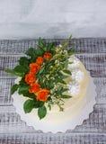 Свадебный пирог плавленого сыра ванильный с оранжевыми розами Стоковое Изображение RF