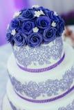 Свадебный пирог послужен к гостям стоковое фото