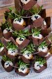 Свадебный пирог при экстракласс и пирожные украшенные с растительностью Стоковое Изображение RF