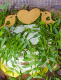 Свадебный пирог при экстракласс и пирожные украшенные с растительностью Стоковая Фотография RF