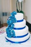 Свадебный пирог с синью цветков желтой бежевой стоковое изображение rf