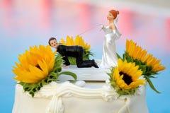 Свадебный пирог с смешным украшением на предпосылке бассейна стоковая фотография rf
