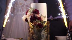 Свадебный пирог с фейерверком видеоматериал