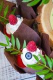 Свадебный пирог ягоды и красные пирожные бархата Стоковое Изображение