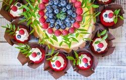 Свадебный пирог ягоды и красные пирожные бархата Стоковые Изображения RF