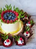 Свадебный пирог ягоды и красные пирожные бархата Стоковые Фото