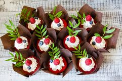 Свадебный пирог ягоды и красные пирожные бархата Стоковая Фотография