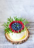 Свадебный пирог ягоды и красные пирожные бархата Стоковое Изображение RF