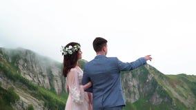 Свадьба в горах Свод свадьбы для церемонии на саммите держателя Lovcen в Черногории акции видеоматериалы