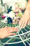 Свадьба лета романтичная в стиле Провансали в лесе, на зеленой траве Стоковое фото RF