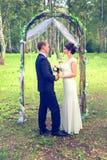Свадьба лета романтичная в стиле Провансали в лесе, на зеленой траве Стоковые Фотографии RF