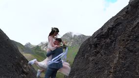 Свадьба selebrate новобрачных хипстера Outdoresedding в langscapes горы видеоматериал