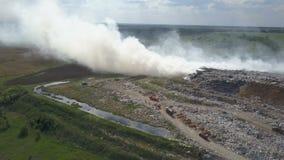 Свалка мусора загрязняет окружающую среду Сильный ветер поднимает токсический дым горящего отброса в воздух сток-видео