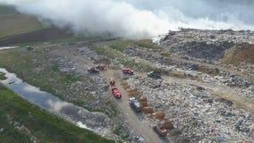 Свалка мусора загрязняет окружающую среду Сильный ветер поднимает токсический дым горящего отброса в воздух акции видеоматериалы