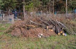 Свалка мусора около кладбища, пластиковые отходы брошенные в кучу стоковые фотографии rf