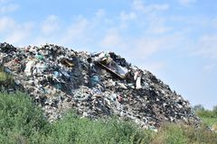 Свалка мусора, экологическая катастрофа в Восточной Европе стоковая фотография