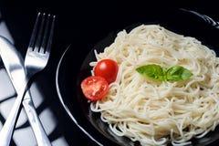 Сваренное блюдо макаронных изделий в стальной пластине стоковая фотография