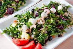 Сваренное блюдо apetit красиво украшенное в плите на деревянном столе, естественном свете Стоковая Фотография