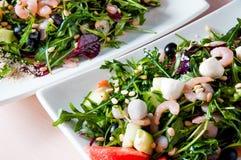 Сваренное блюдо apetit красиво украшенное в плите на деревянном столе, естественном свете Стоковая Фотография RF
