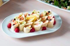 Сваренное блюдо apetit красиво украшенное в плите на деревянном столе, естественном свете Стоковое Изображение