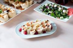 Сваренное блюдо apetit красиво украшенное в плите на деревянном столе Стоковые Изображения RF