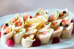 Сваренное блюдо apetit красиво украшенное в плите на деревянном столе, естественном свете Стоковое Фото