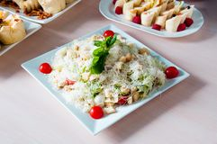 Сваренное блюдо apetit красиво украшенное в плите на деревянном столе, естественном свете Стоковые Изображения