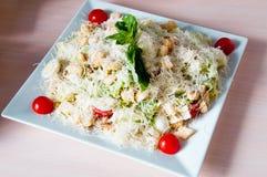 Сваренное блюдо apetit красиво украшенное в плите на деревянном столе, естественном свете Стоковое фото RF