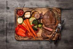 Сваренное блюдо гриля с отрезанным мясом на деревянной доске Стоковые Изображения RF