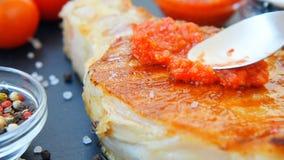 Сваренное мясо с красными соусом, чесноком, томатами вишни, оливковым маслом, перцем и солью акции видеоматериалы