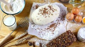 Сваренное тесто для печь ингридиентов рецепта хлеба, пиццы или пирога, еды на предпосылке кухонного стола, работая с молоком, дро Стоковые Фотографии RF