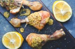 Сваренные бедренные кости цыпленка с лимоном на доске стоковое изображение rf